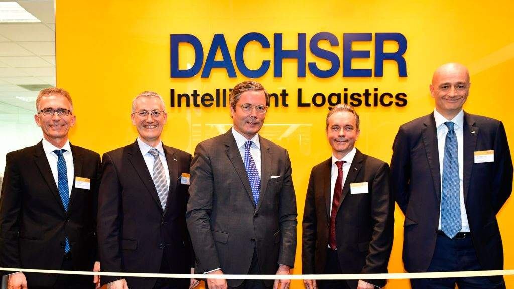 Opening the new DACHSER Singapore office: Dr Tim Philippi (left), Executive Director, Singaporean-German Chamber of Industry and Commerce, and Dr Ulrich A. Sante (middle), Ambassador of Germany to Singapore, with the DACHSER management team